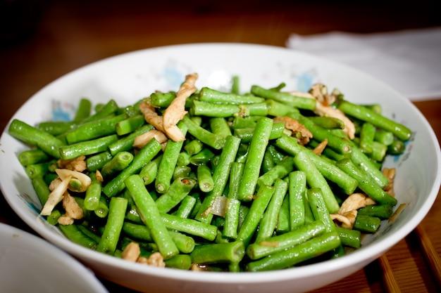 Teller mit grünem gemüse