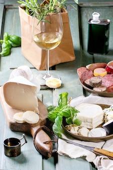 Teller mit käse und wurst