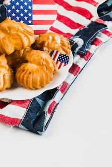 Teller mit keksen auf shorts der amerikanischen flagge