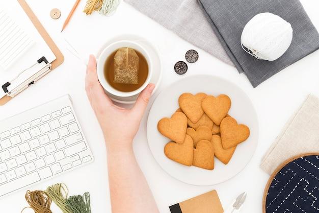 Teller mit keksen zum frühstück