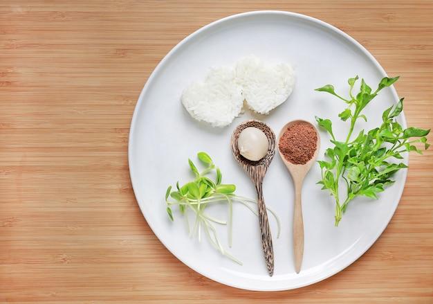 Teller mit kohlenhydraten (reis), eiweiß (ei und leber) und vitamin
