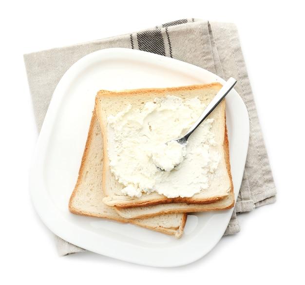 Teller mit leckeren toasts und käse, isoliert auf weiß