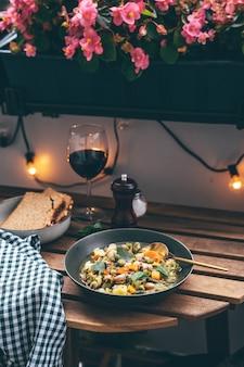 Teller mit leckerer minestrone-suppe und einem glas wein