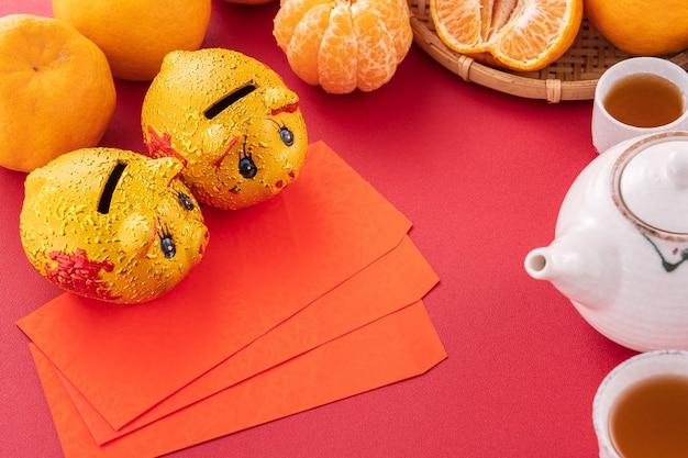 Teller mit mandarinen und teekanne daneben