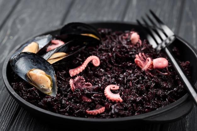 Teller mit muscheln und tintenfisch