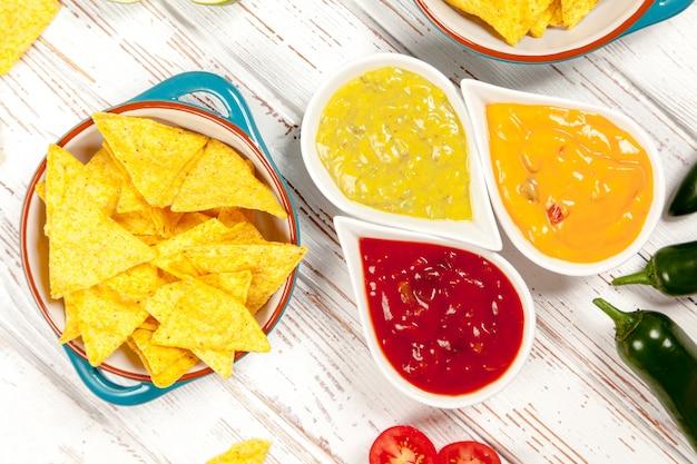 Teller mit nachos mit verschiedenen dips