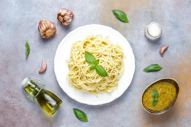 Teller mit nudeln mit hausgemachter pesto-sauce.
