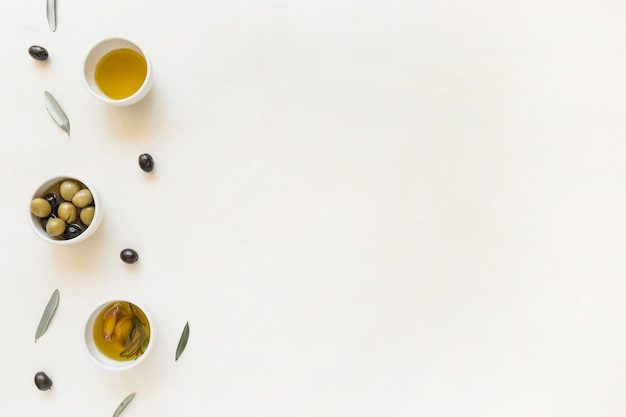 Teller mit oliven und öl