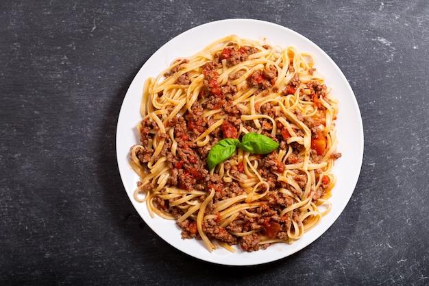 Teller mit pasta bolognese auf dunkler draufsicht
