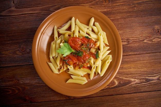Teller mit penne rigata pasta mit marinara-sauce .farm-style