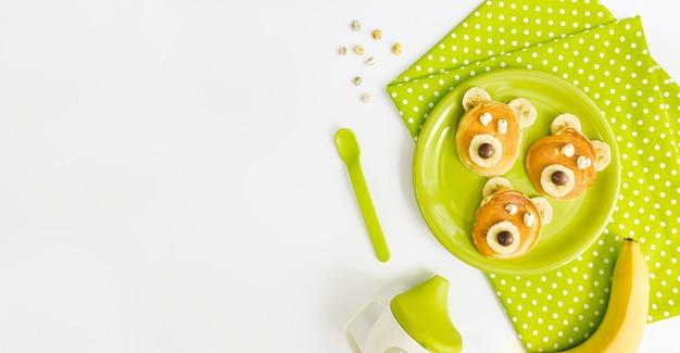 Teller mit pfannkuchen mit kopierraum