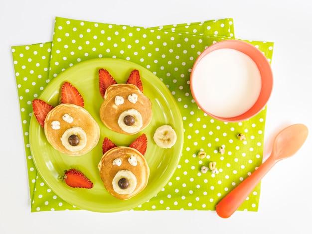 Teller mit pfannkuchen und erdbeere