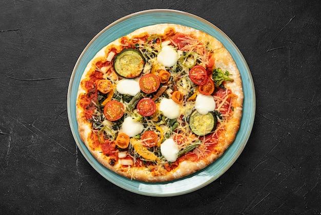 Teller mit pizza