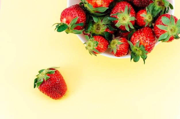 Teller mit roten erdbeeren
