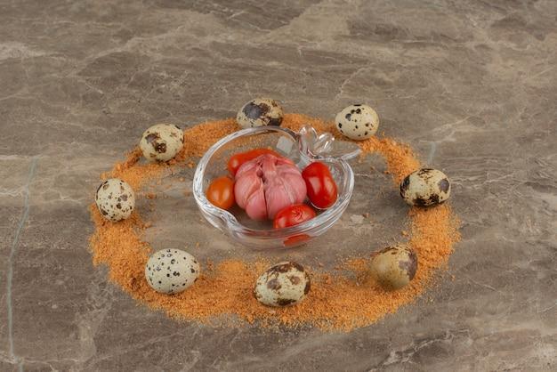 Teller mit salz-tomaten-, knoblauch- und wachteleiern mit krümeln.