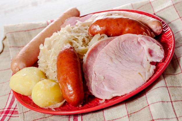 Teller mit sauerkraut garniert alsacien