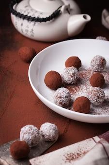 Teller mit schokolade und teekanne hintergrund
