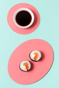 Teller mit sojasuppe und sushi