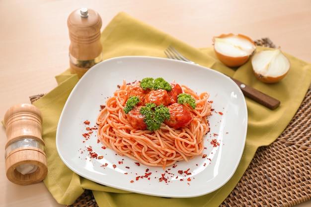 Teller mit spaghetti und fleischbällchen auf dem tisch. leckere nudelrezepte