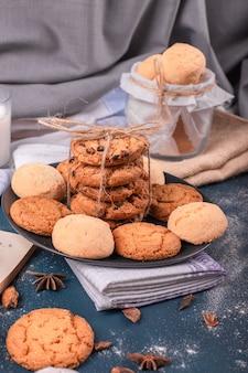Teller mit süßigkeiten und glas mit keksen