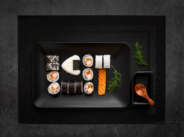 Teller mit sushi-sortiment