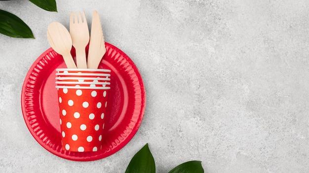 Teller mit tassen und besteck