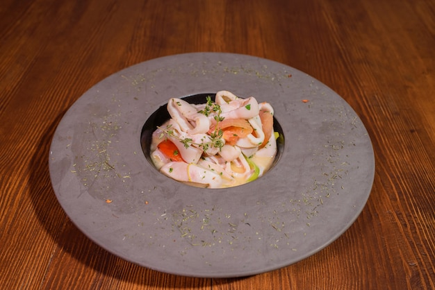 Teller mit tintenfisch in weißwein. leckeres essen. leckere meeresfrüchte.