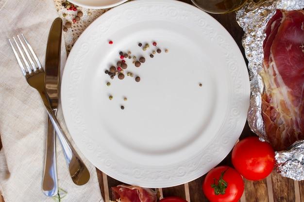 Teller mit tomaten und olivenöl leeren