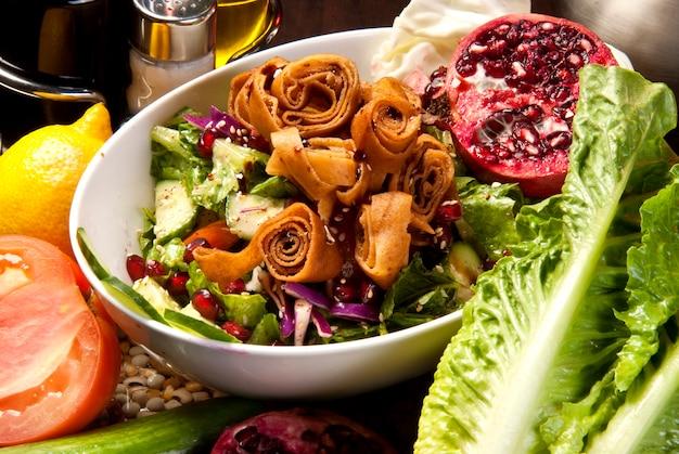 Teller mit traditionellem arabischen salat fatysh