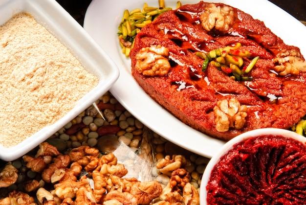 Teller mit traditioneller arabischer mezza.