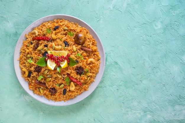 Teller mit vegetarischen pilaw. asiatisches gericht. ansicht von oben.