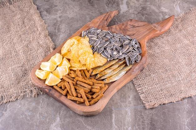 Teller mit verschiedenen snacks auf marmoroberfläche. foto in hoher qualität