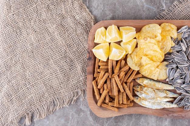 Teller mit verschiedenen snacks auf marmoroberfläche