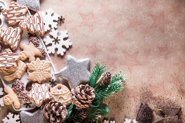 Teller mit weihnachtsplätzchen-schokoladenstückchen und weihnachtsdekorationsdessert zum teilen mit der familie und