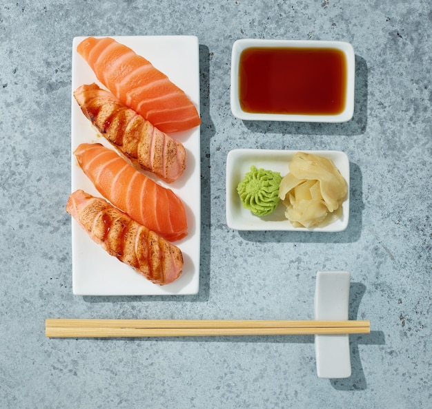 Teller sushi auf tisch im restaurant, ansicht von oben