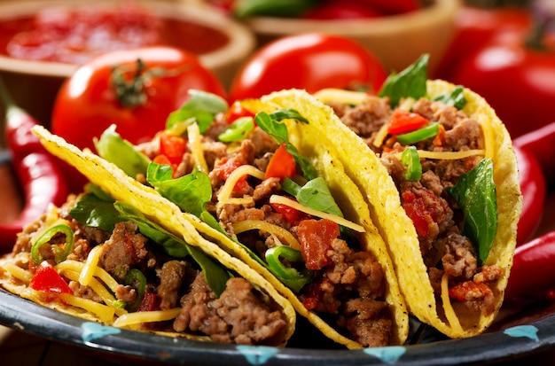 Teller tacos auf holztisch