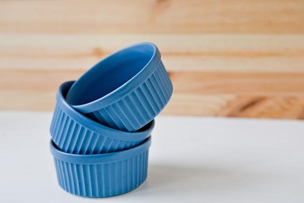 Teller und geschirr zum servieren eines festlichen tisches. set keramikgeschirr und blaues handtuch