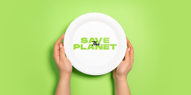 Teller zum essen. umweltfreundliches leben - organisches recyclingmaterial ersetzt polymere und kunststoffanaloga. wohnstil, natürliche produkte zum recycling und nicht schädlich für umwelt und gesundheit.