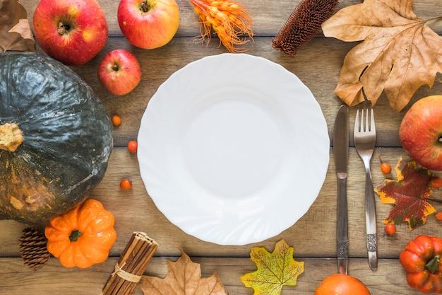 Teller zwischen gemüse und früchten