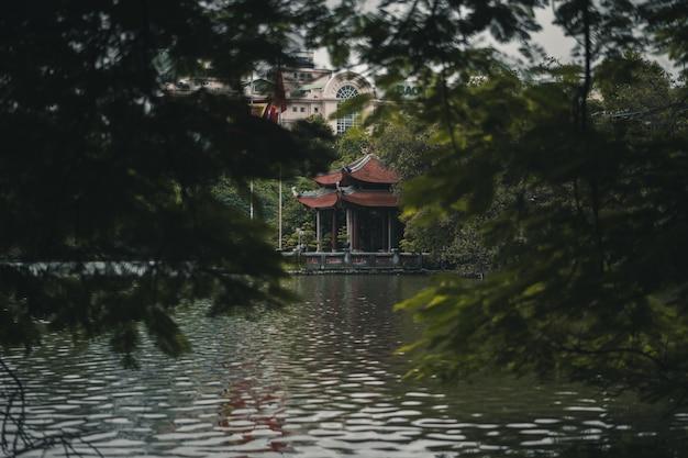 Tempel an einem see in hanoi vietnam