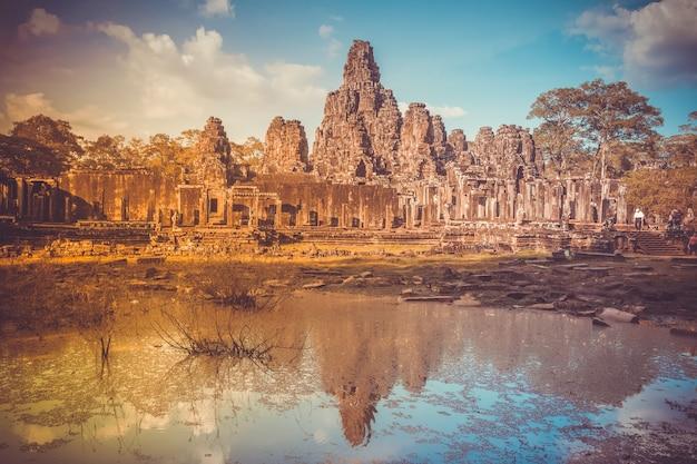 Tempel angkor wat in kambodscha spiegelt sich im größten religiösen denkmalkomplex des sees der welt