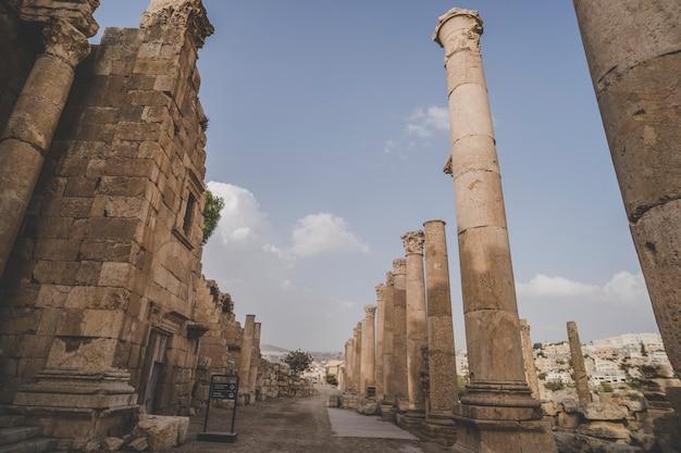 Tempel der artemis in der antiken römischen stadt gerasa voreingestellter tag jerash, jordanien. hohe säulen der römerzeit gegen den blauen himmel. antike ruinen in der stadt jarash. sightseeing in jordanien.