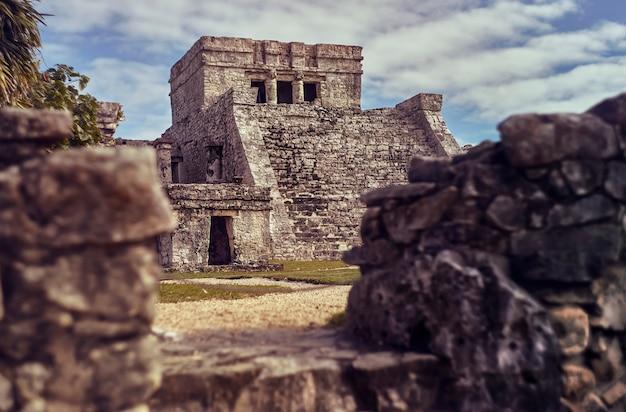 Tempel der fresken im maya-komplex von tulum, in mexiko, aufgenommen während des sonnenuntergangs.