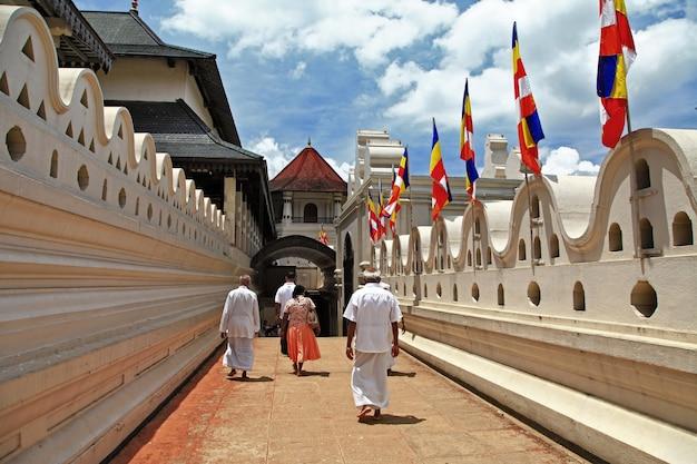 Tempel des heiligen zahnrelikts in kandy. wahrzeichen und religiöse denkmäler von sri lanka