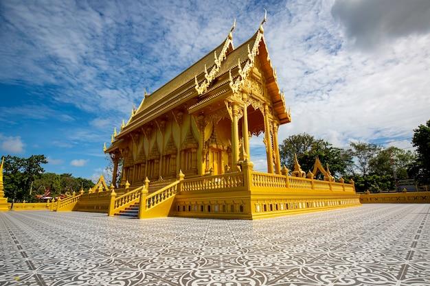 Tempel goldfarben schöne kunstarchitektur in wat pluak ket rayong, thailand?