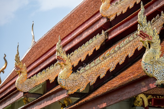 Tempel mit goldenen drachenstatuen