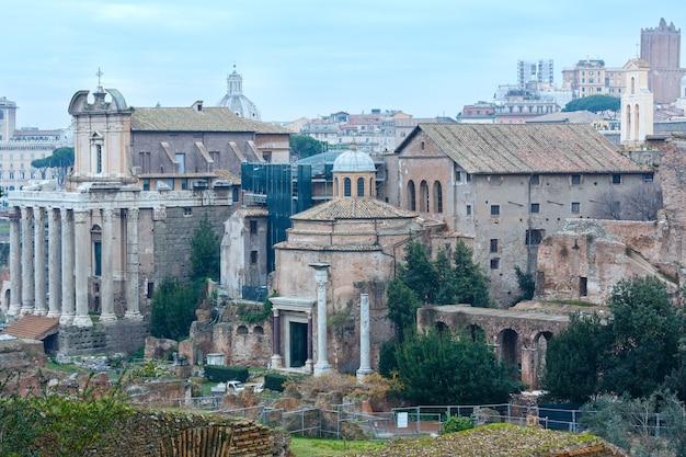 Tempel von antoninus und faustina in rom, forum romanum.