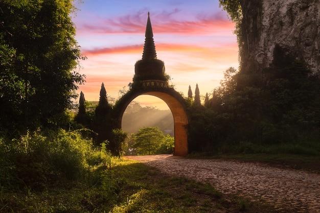Tempeltor im khao na nai luang dharma park am morgen, surat thani, thailand