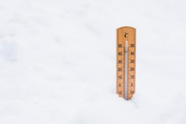 Temperaturanzeigeinstrument auf schnee