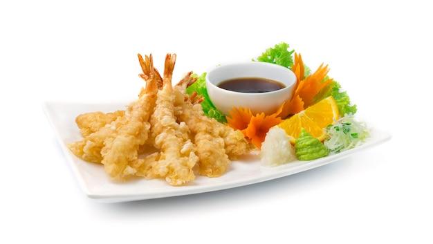 Tempura deep fried shrimp ebi seitlich mit radieschen und sojasauce